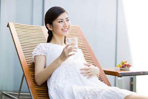 Đánh bay ốm nghén cho bà bầu bằng cách uống đủ nước